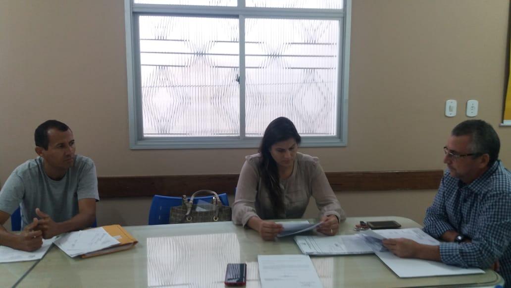 Comissão de Economia e Finanças e a vereadora Fernanda Mazzelli analisando a denúncia.