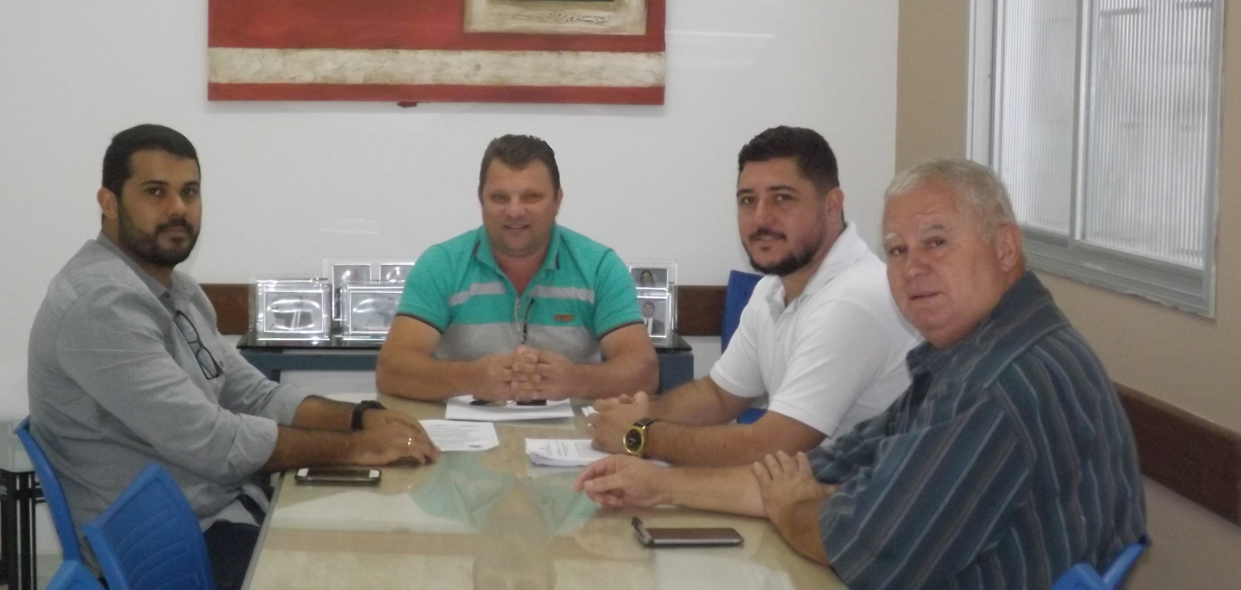 Comissão de Obras investiga uso indevido de máquinas do município e recebe esclarecimentos do secretário