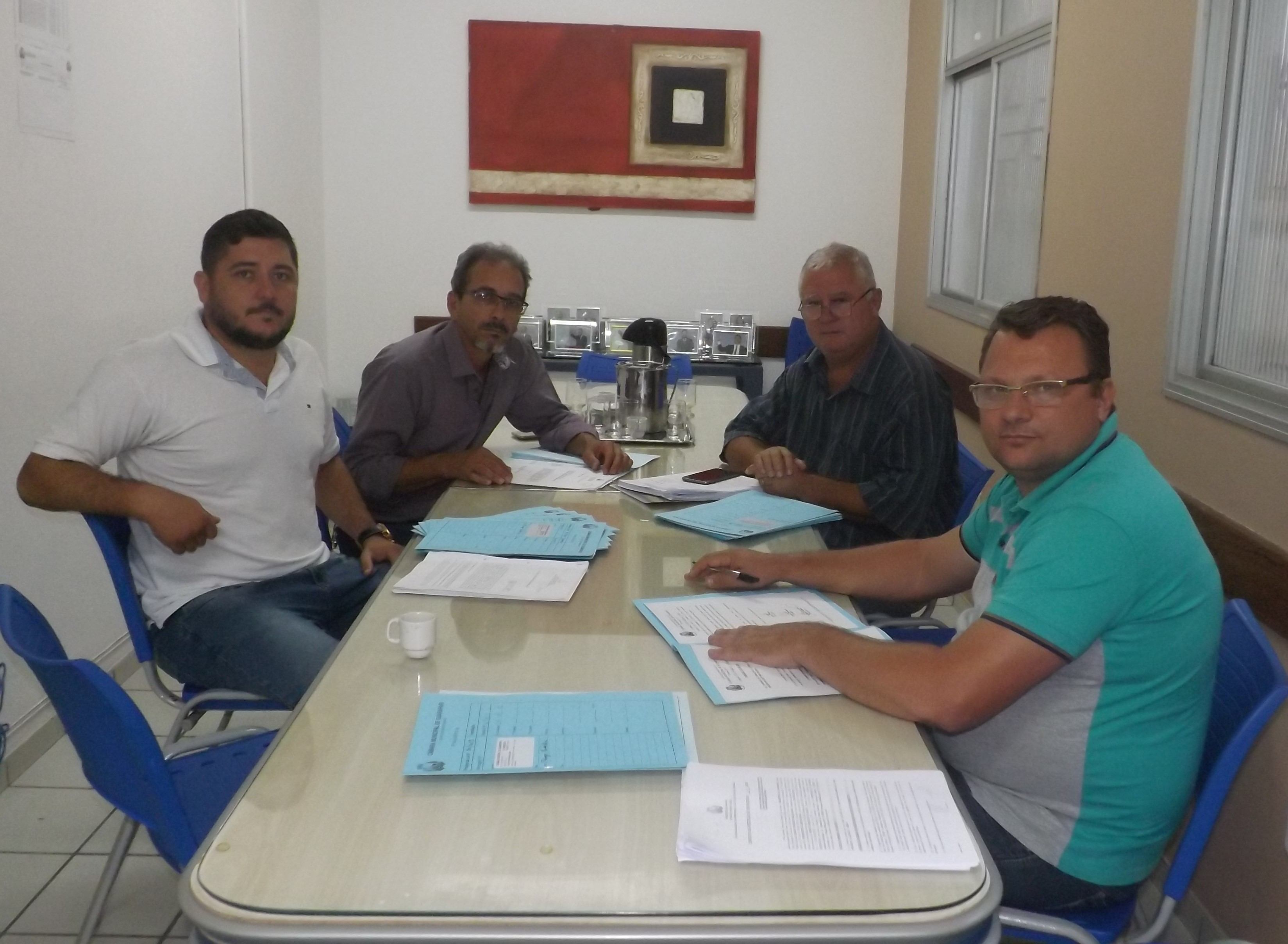 A Comissão de Obras e o vereador Denizart Luiz analisaram todos os documentos entregues pelo secretário.