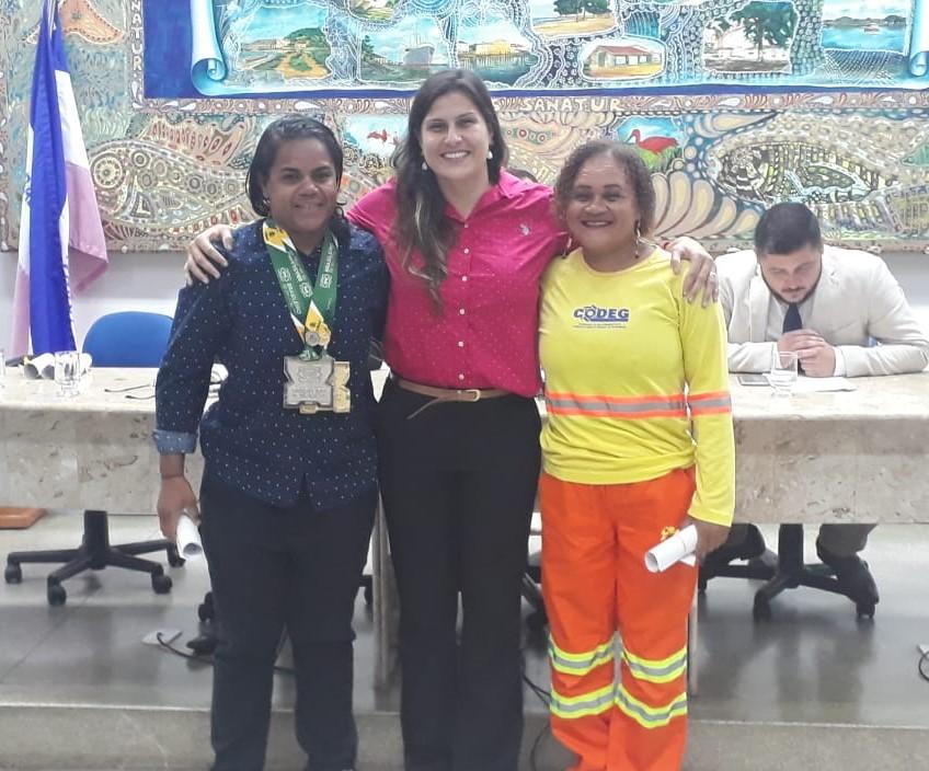 Vereadora Fernanda Mazzelli com a gari e atleta de Jiu-Jitsu Juliana Campos Araújo. Na foto também está a gari Maria Benedita Santana, que também foi homenageada pela parlamentar.