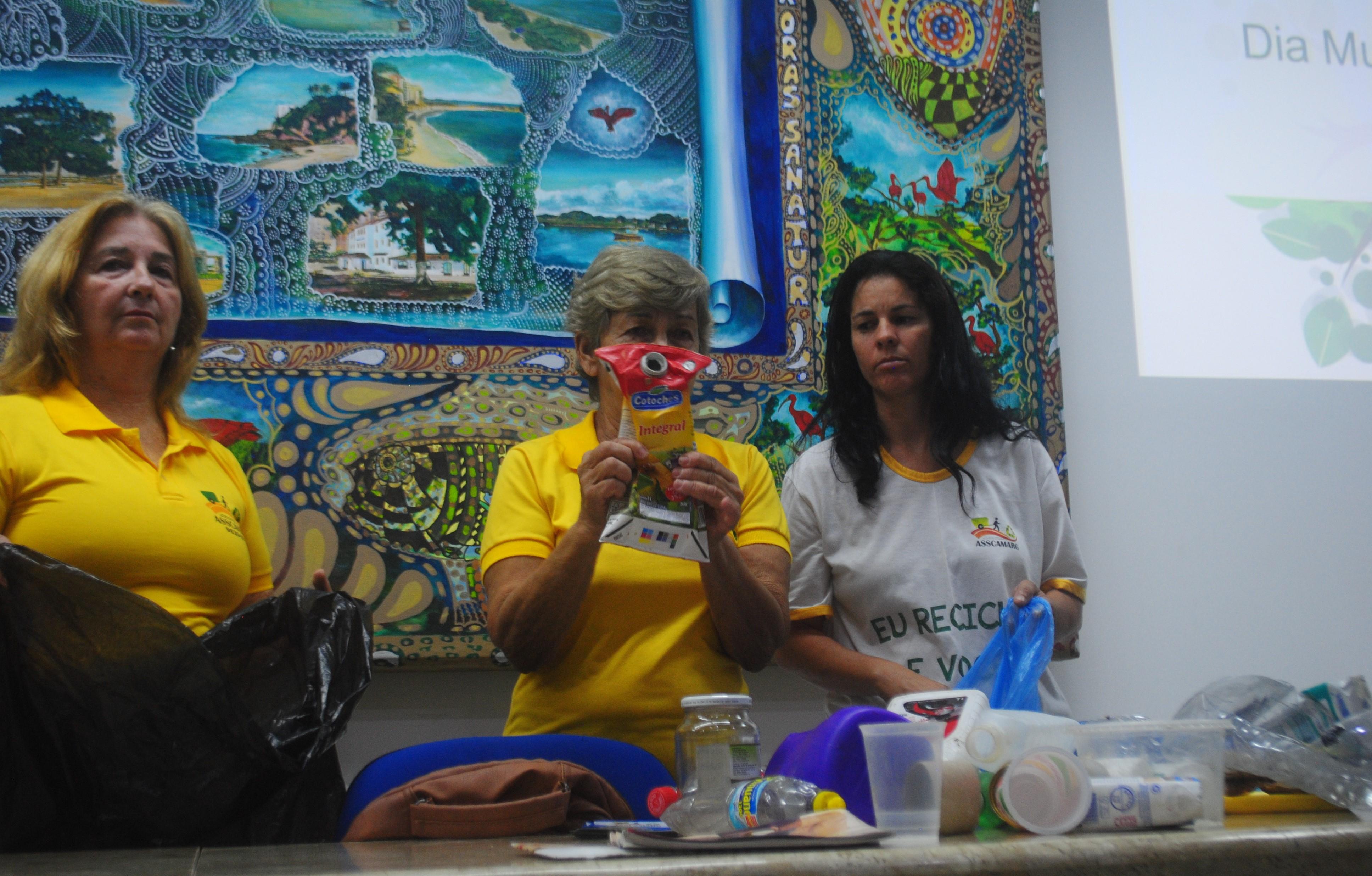 Voluntárias e catadora da Asscamarg explicando quais são os materiais recicláveis.
